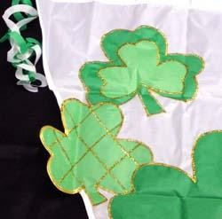 28in x 40in St Patricks Shamrock/ Clover Triangle Flag w/ Streamers